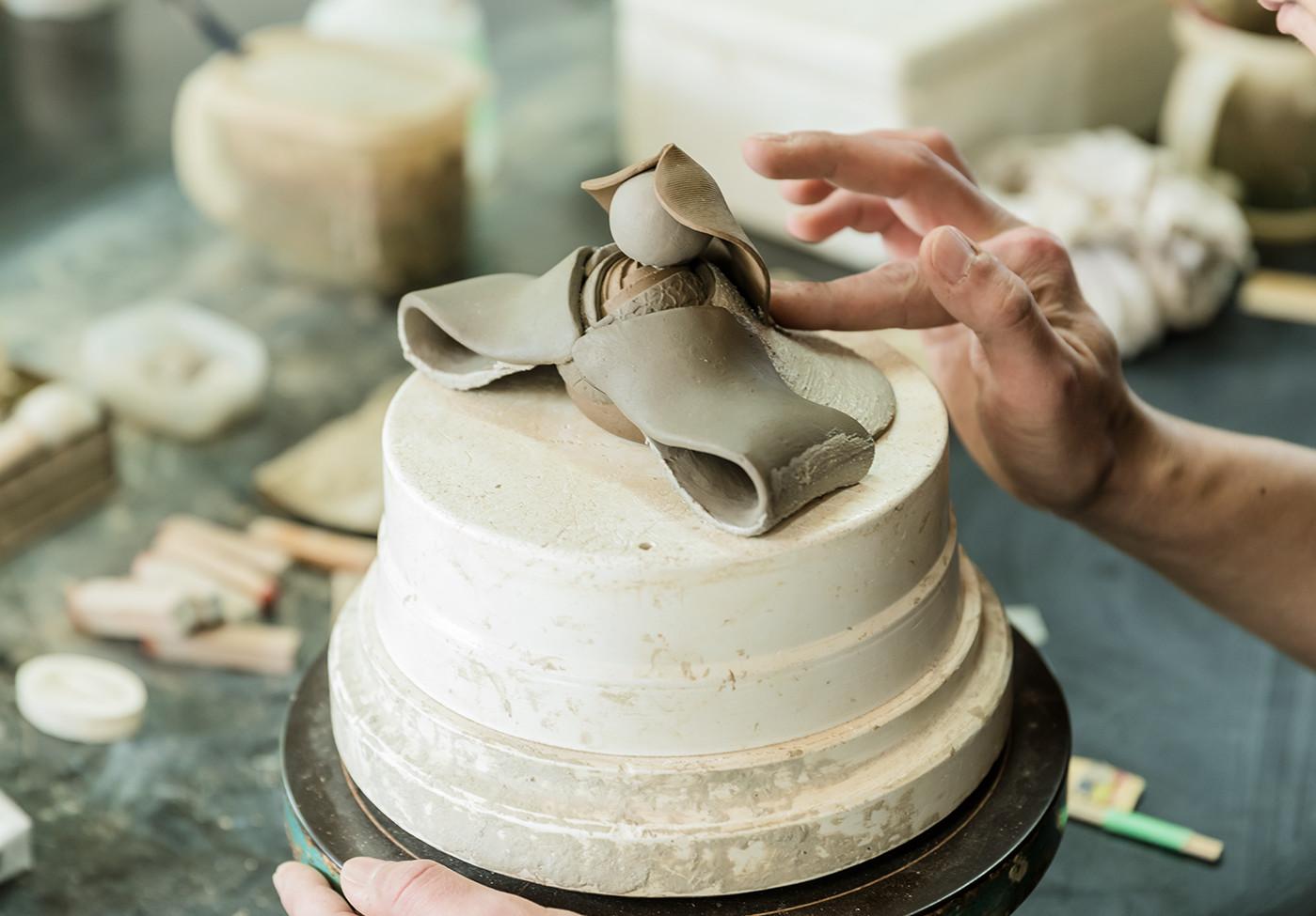 数種類の粘土を使い分けることで、髪の毛や着物の色味を表現します。